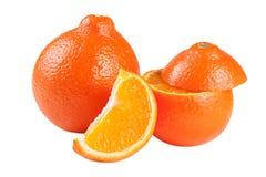 Oranje die mandarijn twee of Mineola met plakken op witte achtergrond worden geïsoleerd Stock Afbeeldingen