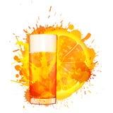 Oranje die plak en glas jus d'orange van kleurrijke plonsen wordt gemaakt Royalty-vrije Stock Afbeeldingen