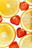 Oranje die plakken en aardbeien op witte achtergrond worden geïsoleerd Stock Fotografie