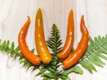Oranje die Spaanse peper op witte lijst wordt geplaatst Stock Fotografie