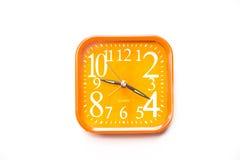 Oranje die wekker op witte achtergrond, Dichte omhooggaande oranje wekker wordt geïsoleerd Royalty-vrije Stock Foto's