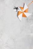 Oranje draaimolen met witte sterren en zwarte rubberspin Royalty-vrije Stock Foto's