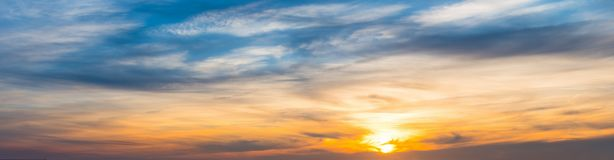 Oranje en blauwe hemel bij zonsondergang royalty-vrije stock fotografie