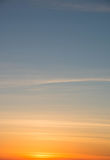 Oranje en blauwe hemel bij zonsondergang Stock Foto