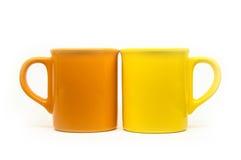 Oranje en gele geïsoleerde mokken Royalty-vrije Stock Foto's