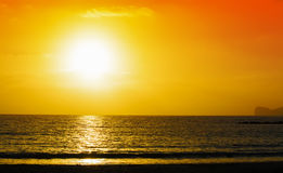 Oranje en gele zonsondergang over Capo Caccia Stock Fotografie