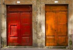 Oranje en rode deuren Porto Portugal Stock Afbeeldingen