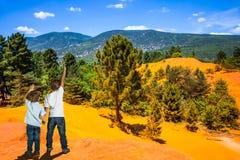 Oranje en rode heuvels in de Provence royalty-vrije stock foto's