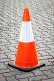 Oranje en Witte Beweegbare Verkeerskegel op Bedekte Straat Royalty-vrije Stock Afbeeldingen