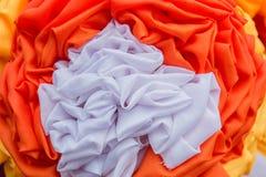 Oranje en witte gordijnen Gemaakt tot bloemen royalty-vrije stock afbeelding