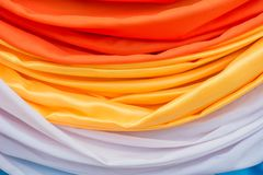 Oranje en witte gordijnen Gemaakt tot bloemen stock fotografie