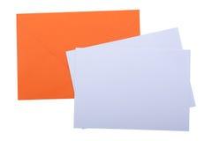 Oranje envelop met Witboeken royalty-vrije stock fotografie