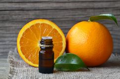 Oranje etherische olie in een glasfles voor huidzorg, kuuroord, wellness, massage, aromatherapy en natuurlijke geneeskunde royalty-vrije stock fotografie