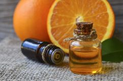 Oranje etherische olie in een glasflessen voor huidzorg, kuuroord, wellness, massage, aromatherapy en natuurlijke geneeskunde royalty-vrije stock foto's
