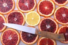 Oranje Fruit Achtergrond met Sinaasappel en citroenplak op witte achtergrond Hoogste mening Royalty-vrije Stock Foto