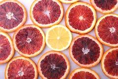 Oranje Fruit Achtergrond met Sinaasappel en citroenplak op witte achtergrond wordt geïsoleerd die Hoogste mening Stock Foto's