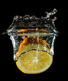 Oranje fruit halve plons in water stock afbeeldingen