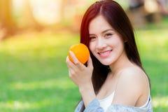Oranje Fruit met Gezonde Aziatische vrouwen hoge vitamine C royalty-vrije stock afbeelding
