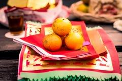 Oranje fruit op traditioneel godsdienst Chinees document voor het bidden royalty-vrije stock afbeelding