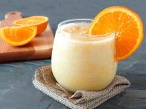 Oranje fruit smoothie in een stemless glas Stock Afbeelding