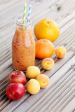 Oranje fruitige smoothie stock foto's