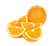 Oranje gesneden die fruit op witte achtergrond wordt geïsoleerd Stock Foto's