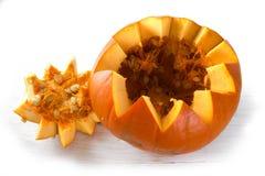 Oranje gesneden pompoen open met fruit en zaden royalty-vrije stock fotografie