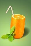 Oranje glas over groen Stock Afbeelding
