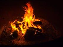 Oranje Gloed van de kamp de Zijbrand - Kampvuur bij de Kuil van de Kampeerterreinbrand - 2 royalty-vrije stock afbeeldingen