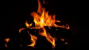 Oranje Gloed van de kamp de Zijbrand - Kampvuur bij de Kuil van de Kampeerterreinbrand stock foto