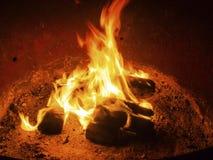 Oranje Gloed van de kamp de Zijbrand - Kampvuur bij de Kuil van de Kampeerterreinbrand - 1 stock afbeelding