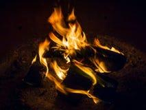Oranje Gloed van de kamp de Zijbrand - Kampvuur bij de Kuil van de Kampeerterreinbrand - 3 stock afbeeldingen