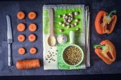 Oranje groenten met kruiden op de donkere steen hoogste mening als achtergrond Royalty-vrije Stock Fotografie