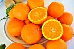 Oranje grote rijpe sinaasappelen, gezond vitaminesap stock afbeeldingen