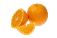 Oranje half fruit en één die segment of cantles op wit knipsel wordt geïsoleerd als achtergrond stock foto