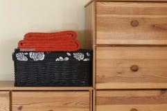 Oranje handdoeken op de zwarte mand Royalty-vrije Stock Foto