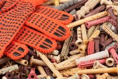 Oranje handschoenen die op de achtergrond van de pennen liggen royalty-vrije stock afbeeldingen