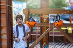 Oranje Helmen en het Vastbinden in het kabelpark Volwassene en jonge geitjesmateriaal om in het park van de avonturenkabel te bek royalty-vrije stock foto's