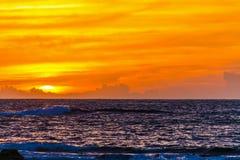 Oranje hemel over het overzees bij zonsondergang stock foto