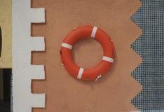 Oranje het levensring op terracottamuur Royalty-vrije Stock Afbeeldingen