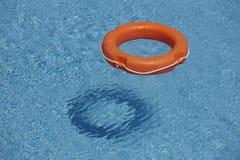 Oranje het levensringen in blauw water royalty-vrije stock afbeeldingen