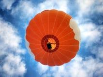 Oranje hete luchtballon stock foto's