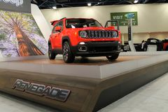 Oranje Jeep Renegade op tribune Royalty-vrije Stock Foto's