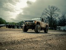 Oranje Jeep Rock Crawling royalty-vrije stock afbeelding