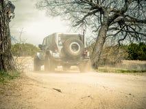 Oranje Jeep Rock Crawling stock fotografie