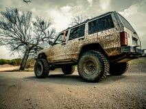 Oranje Jeep Rock Crawling stock afbeelding