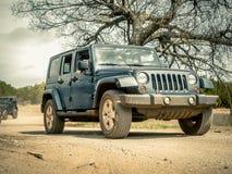 Oranje Jeep Rock Crawling royalty-vrije stock foto