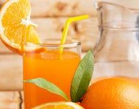Oranje Juice Squeezed Represents Citrus Fruit en Dranken royalty-vrije stock afbeeldingen