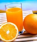 Oranje Juice Squeezed Shows Citrus Fruit en Drank stock afbeeldingen