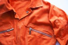Oranje jumpsuit van een gevangene Gevangeniskleren, jumpsuit veroordeeld aan correctionele arbeid, communautaire terugbetaling stock afbeeldingen